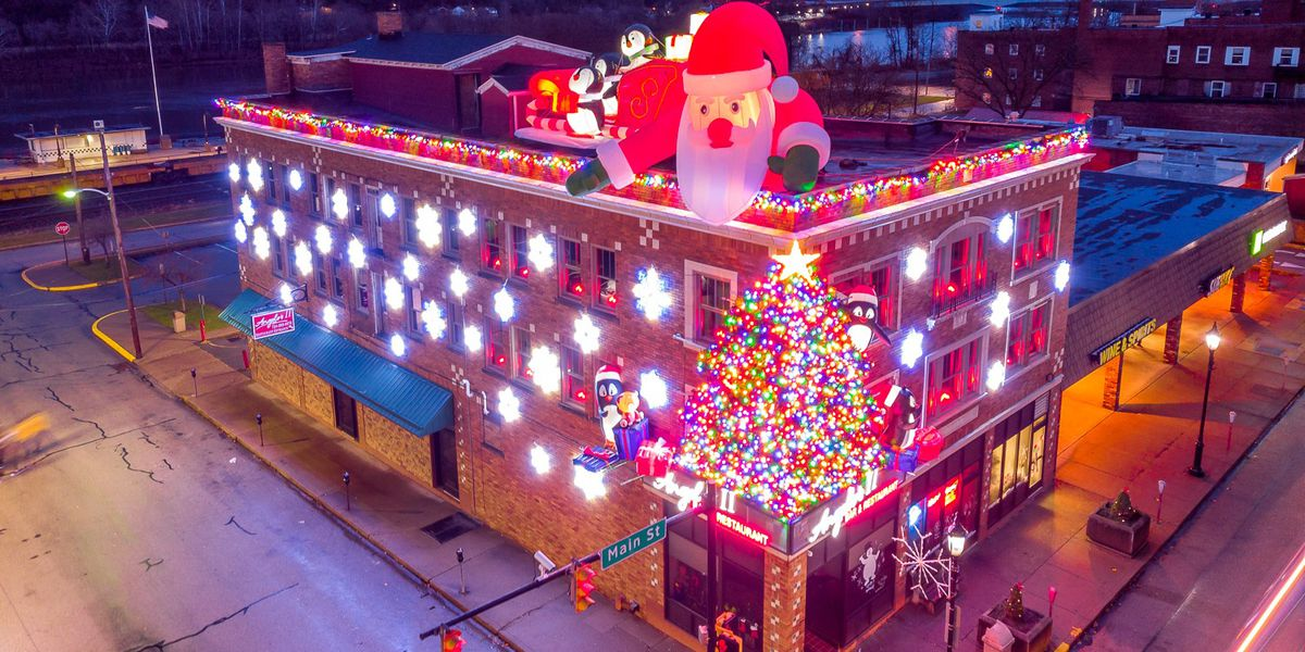 Local restaurant does it again, goes all out with holiday light display