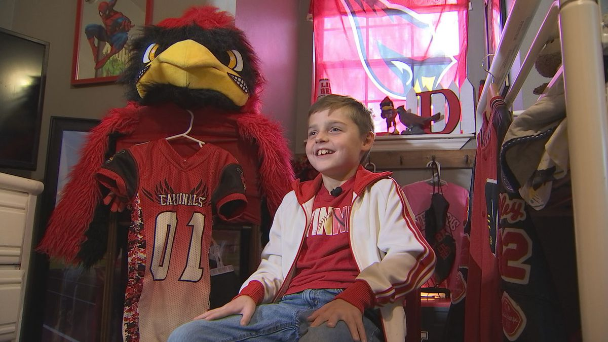 8-year-old Oklahoma boy turns fear of mascots into sideline staple