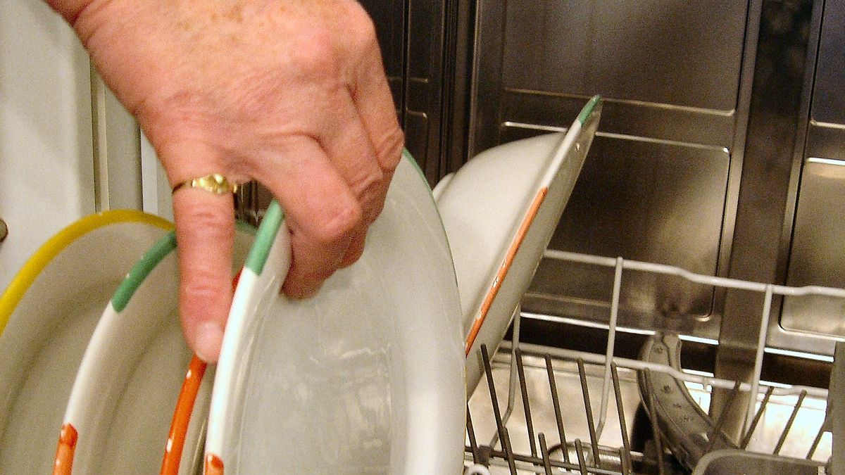 Florida woman takes job as dishwasher at nursing home to be near husband with Alzheimer's