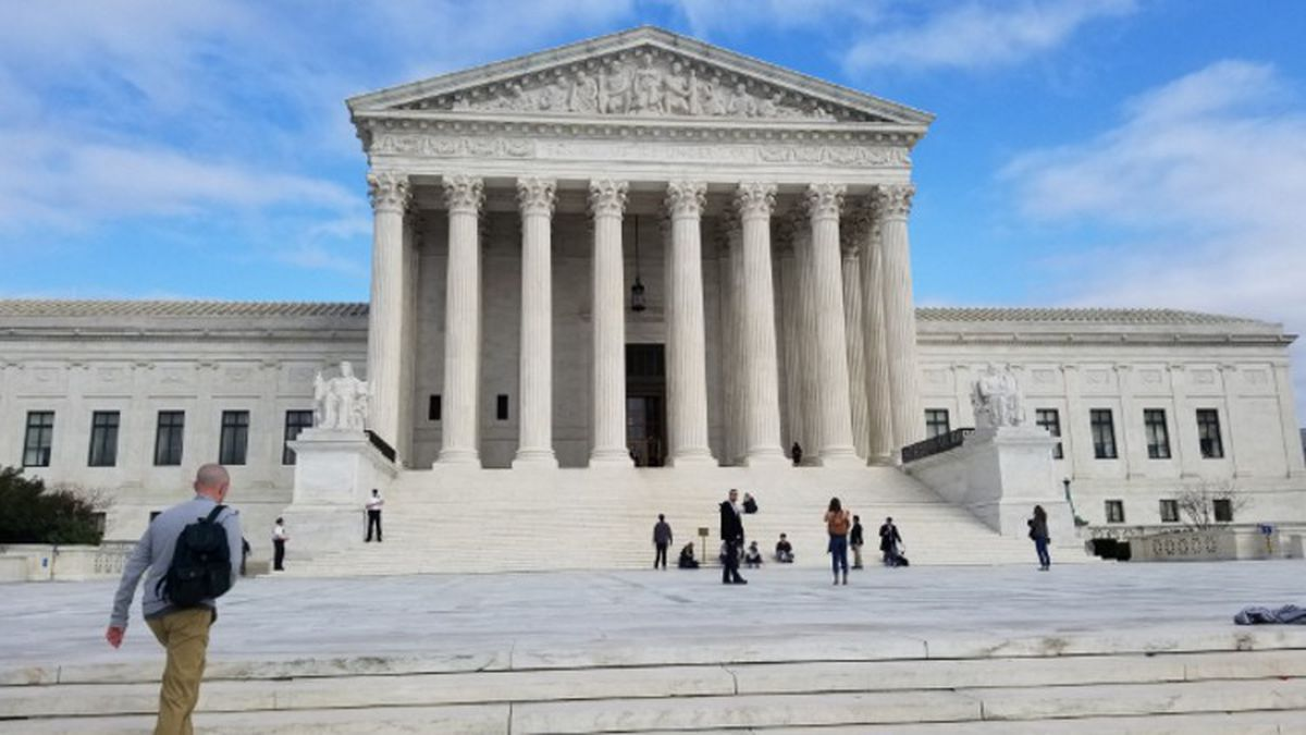 Roberts sides with Supreme Court liberals on abortion case
